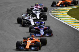 Fernando Alonso, McLaren MCL33 leads Brendon Hartley, Scuderia Toro Rosso STR13, Sergey Sirotkin, Williams FW41, Lance Stroll, Williams FW41 yEsteban Ocon, Racing Point Force India VJM11