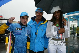 Fernando Alonso, Renault with Renault Sport boss Flavio Briatore and supermodel Naomi Campbell