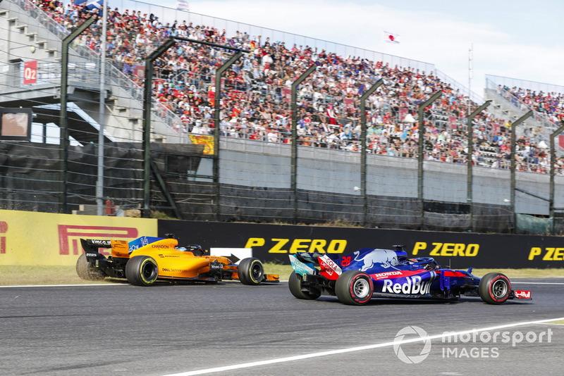 Fernando Alonso, McLaren MCL33, sale de la pista detrás de Brendon Hartley, Toro Rosso STR13