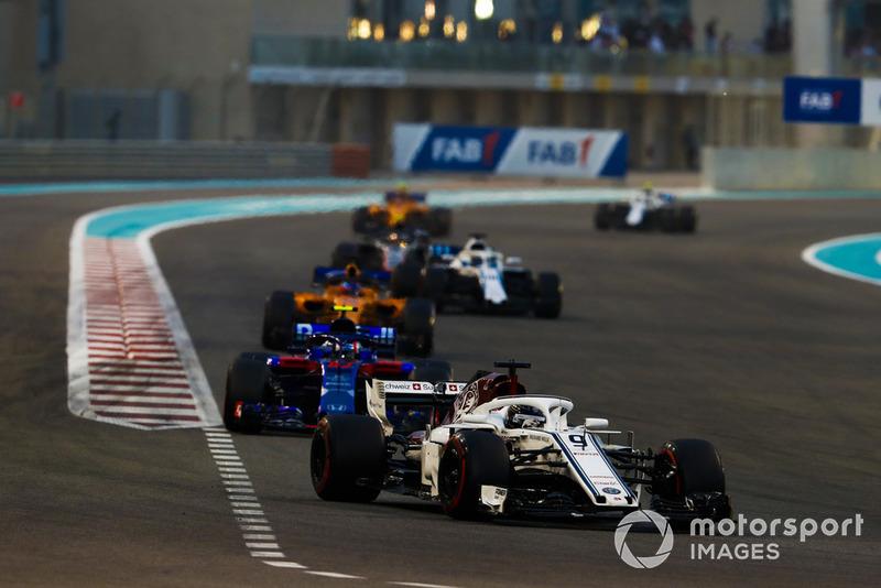 Marcus Ericsson, Sauber C37, leads Pierre Gasly, Scuderia Toro Rosso STR13, Fernando Alonso, McLaren MCL33, and Lance Stroll, Williams FW41