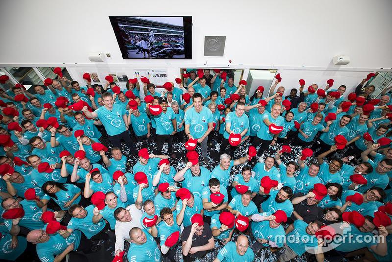 Mercedes AMG F1 viert de wereldtitels van 2018