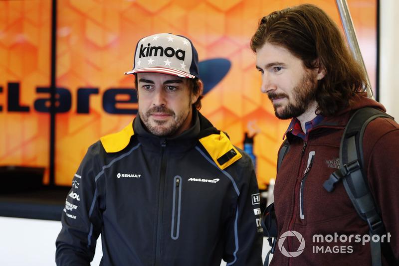 Fernando Alonso, McLaren, avec le pilote d'IndyCar, JR Hildebrand dans le garage.