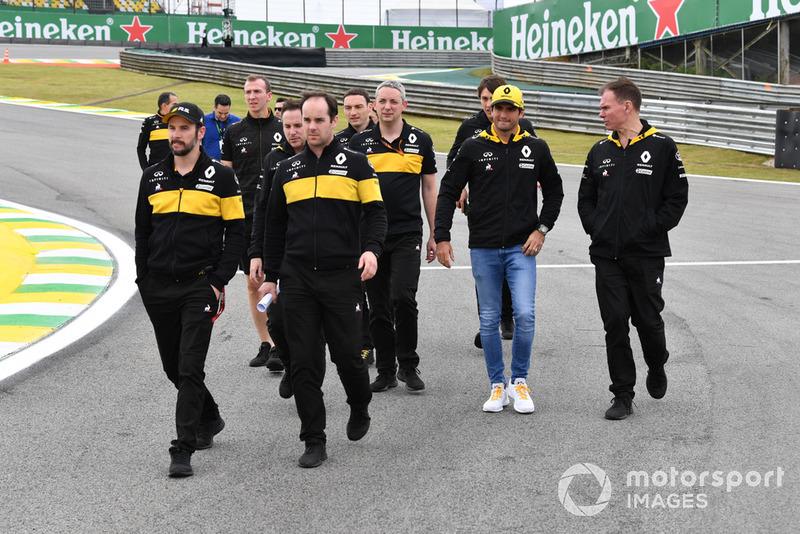 Carlos Sainz Jr., Renault Sport F1 Teamparcourt la piste à pied avec Alan Permane, ingénieur de course de Renault Sport F1 Team