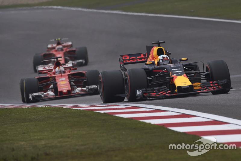 Daniel Ricciardo, Red Bull Racing RB13; Sebastian Vettel, Ferrari SF70H; Kimi Räikkönen, Ferrari SF70H