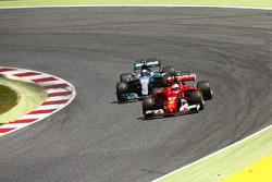 Себастьян Феттель, Ferrari SF70H, и Валттери Боттас, Mercedes AMG F1 W08