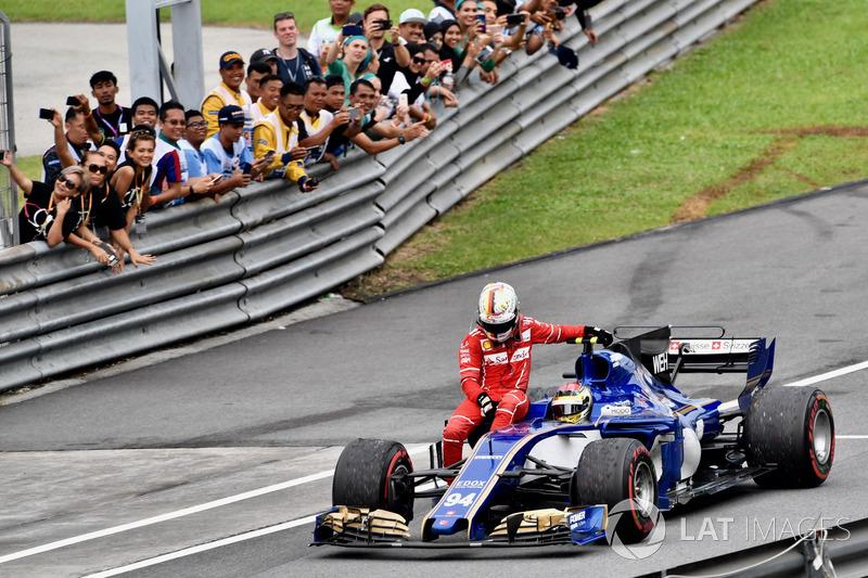 Sepang 2017: Pascal Wehrlein (Sauber) lleva a Sebastian Vettel (Ferrari)