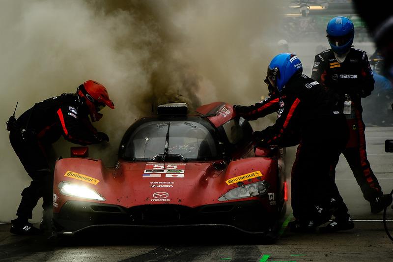 #55 Mazda Motorsports Mazda DPi: Jonathan Bomarito, Tristan Nunez, Spencer Pigot, staat in brand in