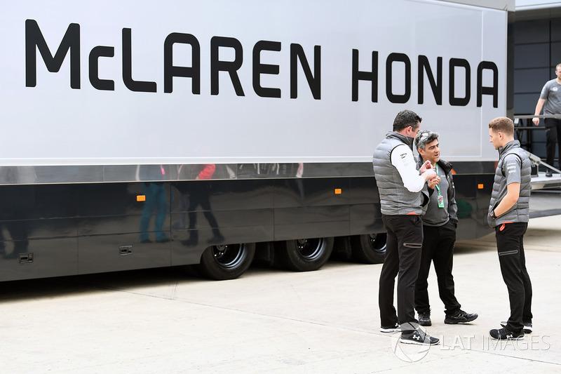 Гоночний директор McLaren Ерік Бульє, Стоффель Вандорн, McLaren