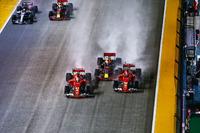 L'incidente di Sebastian Vettel, Ferrari SF70H, Max Verstappen, Red Bull Racing RB13, Kimi Raikkonen, Ferrari SF70H alla partenza