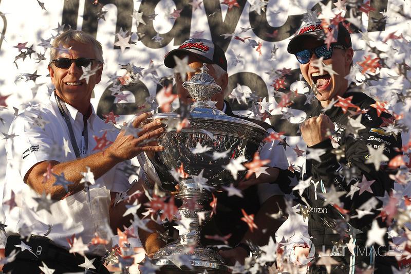 Джозеф Ньюгарден вместе с владельцем команды Team Penske Роджером Пенске