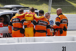 Ryan Hunter-Reay, Andretti Autosport Honda, est aidé par la Holmatro Safety Team après son crash