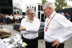 Didier Perrin et Ross Brawn avec le nouveau moteur de F2