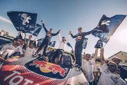 Победители Стефан Петерансель, Жан-Поль Котре и руководитель Peugeot Sport Бруно Фамен