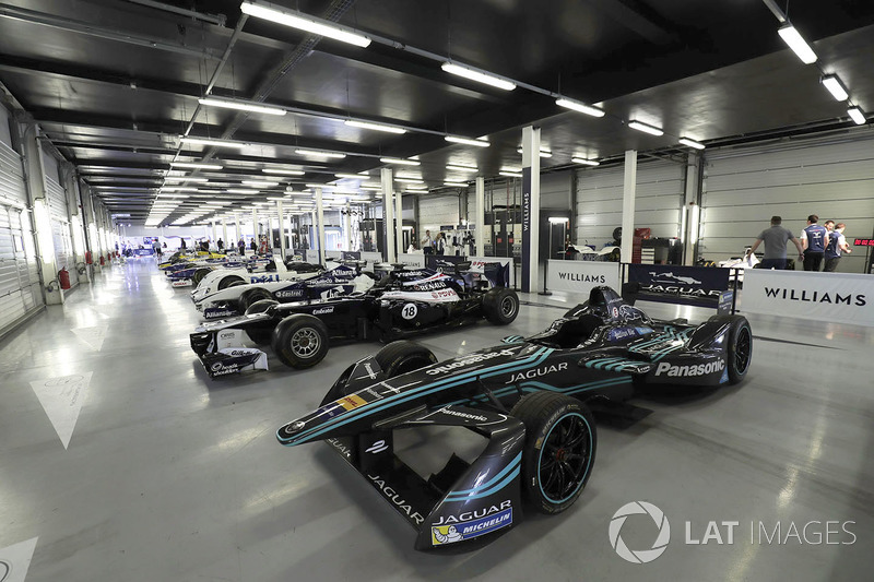 Des Williams avec la Jaguar de Formule E et la BMW vainqueur du Mans en 1999