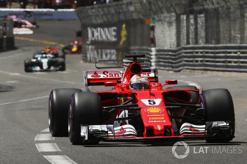 As mesmas críticas foram vistas em 2017, quando os carros mais largos expuseram a dificuldade para ultrapassar. Vettel venceu depois de superar Raikkonen na estratégia de box.