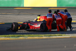 Маршалы убирают с трассы Red Bull Racing RB13 Даниэля Риккардо