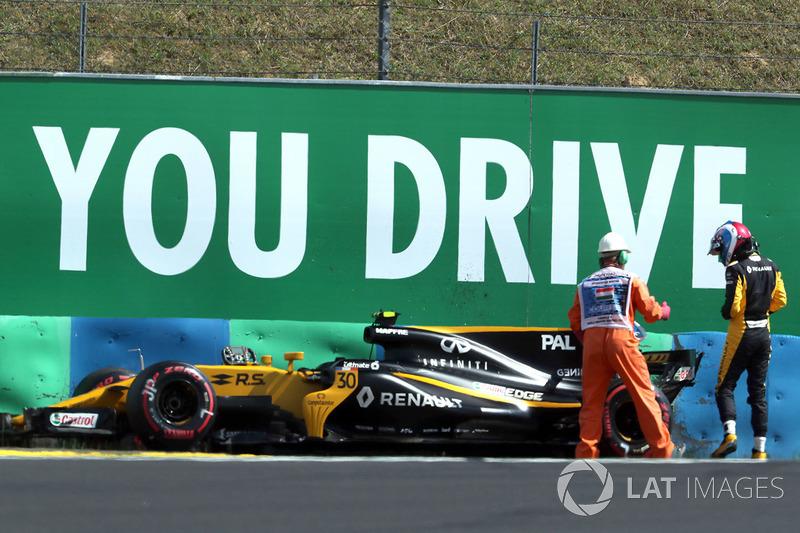 Oficial de pista y el coche chocado de Jolyon Palmer, Renault Sport F1 Team RS17 en FP2