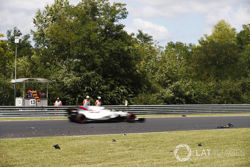 Felipe Massa, Williams FW40, después de Jolyon Palmer, Renault Sport F1 Team RS17., se sale de pista y perdió su ala delantera