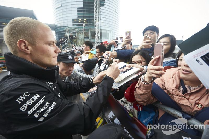 Valtteri Bottas, Mercedes AMG, firma autógrafos para los aficionados