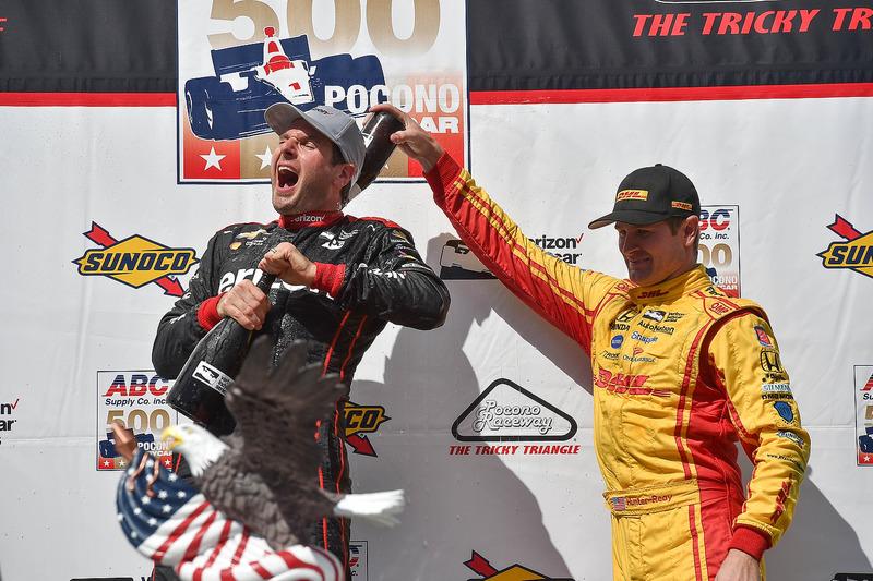 Il vincitore della gara Will Power, Team Penske Chevrolet, il terzo classificato Ryan Hunter-Reay, Andretti Autosport Honda