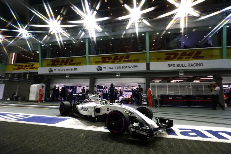 Felipe Massa, Williams FW38 Mercedes, leaves the garage