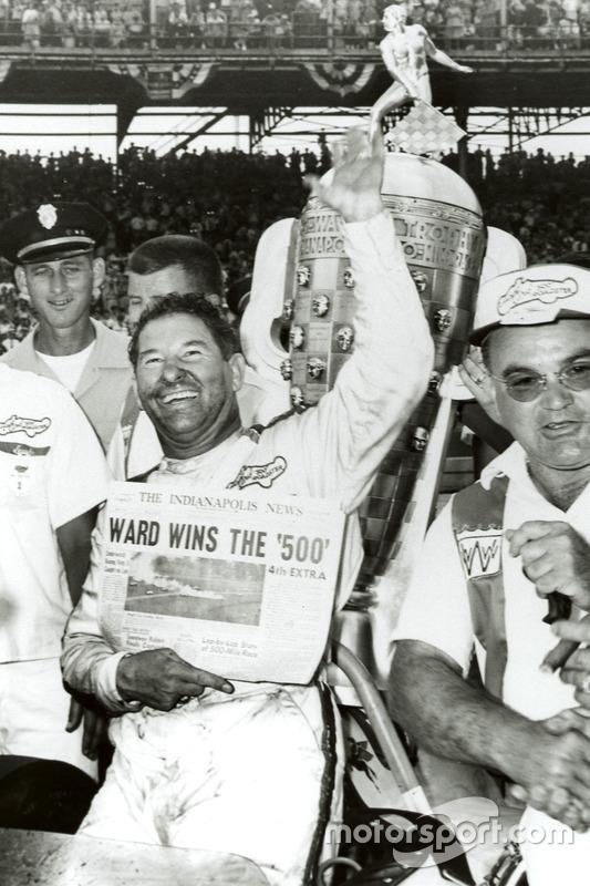 Ganador de la carrera Rodger Ward