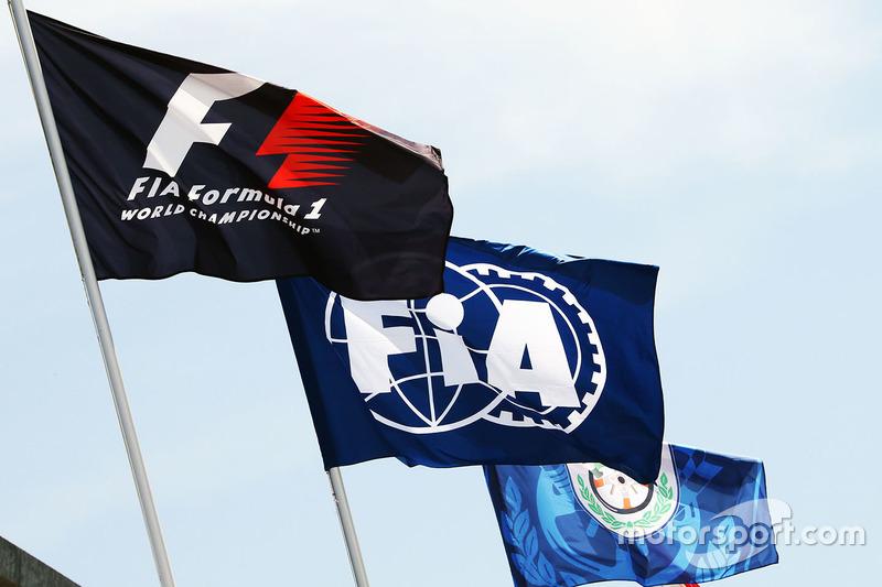 علم الفورمولا 1 وعلم الإتحاد الدولي لرياضة السيارات
