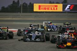 Lewis Hamilton, Mercedes AMG F1 Team W07 nach der Berührung mit Valtteri Bottas, Williams FW38