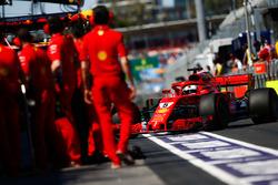 Sebastian Vettel, Ferrari SF71H, dans la voie des stands