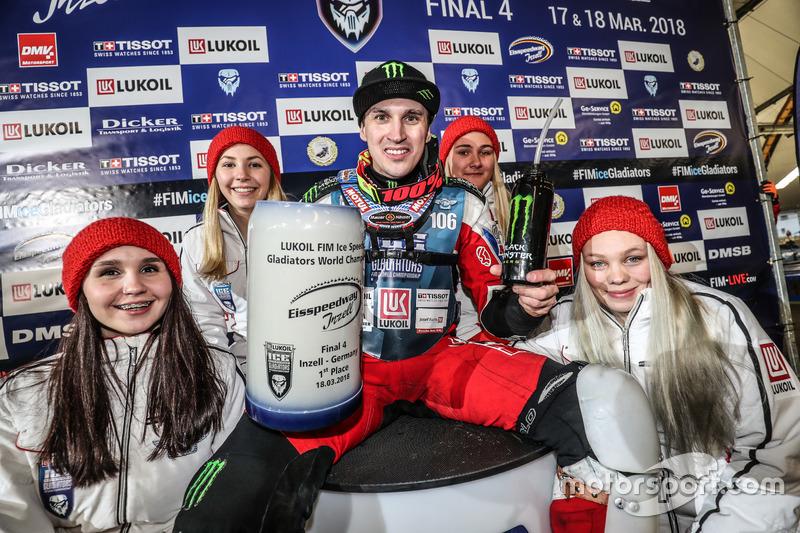 В воскресенье Дмитрий оформил очередной «комплект», выиграв все заезды дня. И одержал седьмую победу на этапе из восьми возможных