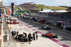 Valtteri Bottas, Mercedes AMG F1 W08, Sebastian Vettel, Ferrari SF70H, Felipe Massa, Williams FW40, in de pits