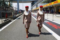 Azafatas de Emirates Airlines en el paddock