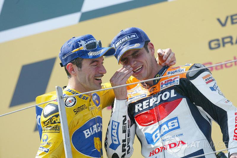 Podio: ganador de la carrera Max Biaggi, segundo clasificado Alex Barros