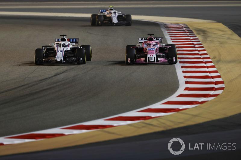 Lance Stroll, Williams FW41 Mercedes, lidera a Sergio Perez, Force India VJM11 Mercedes, y Sergey Sirotkin, Williams FW41 Mercedes