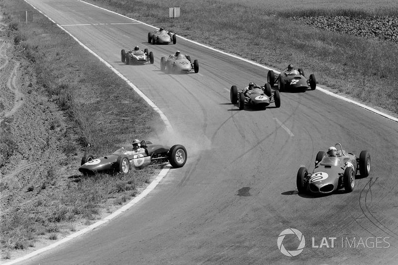 Порой гонщикам не хватало ширины трассы, но Иннес Айрленд (Lotus 21) смог продолжить борьбу после этой ошибки
