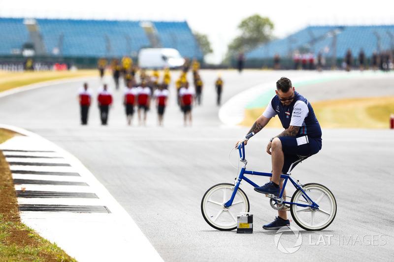 Kru tim Williams bersepeda