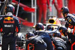 Daniel Ricciardo, Red Bull Racing RB14, para en boxes