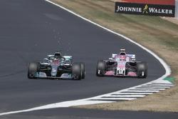 Lewis Hamilton, Mercedes-AMG F1 W09 adelanta a Esteban Ocon, Force India VJM11