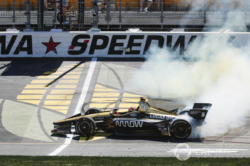 Race winner James Hinchcliffe, Schmidt Peterson Motorsports Honda, Iowa Speedway, 2018.