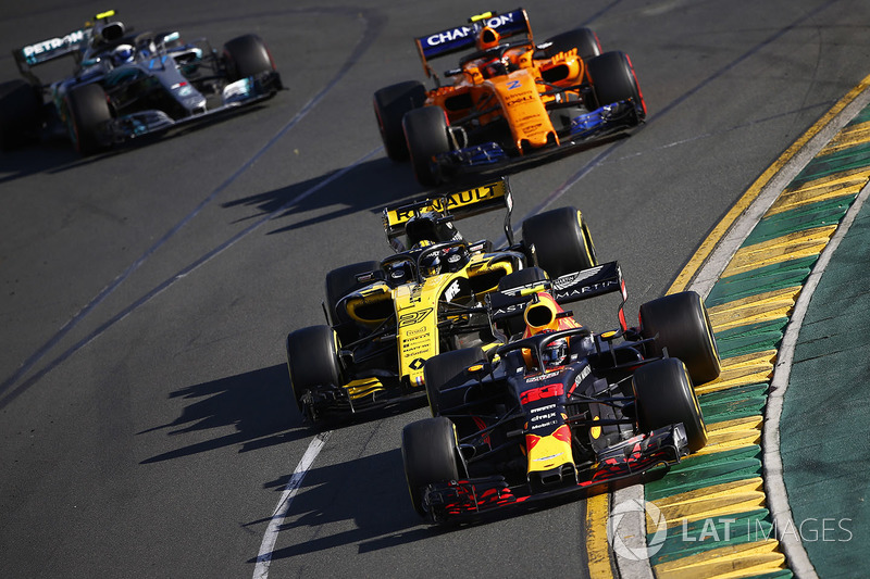 Max Verstappen, Red Bull Racing RB14 Tag Heuer, delante de Nico Hulkenberg, Renault Sport F1 Team R.S. 18, Stoffel Vandoorne, McLaren MCL33 Renault, y Valtteri Bottas, Mercedes AMG F1 W09