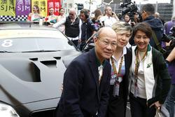 Cao Fei accanto all'auto di Augusto Farfus, BMW Team Schnitzer, BMW M6 GT3