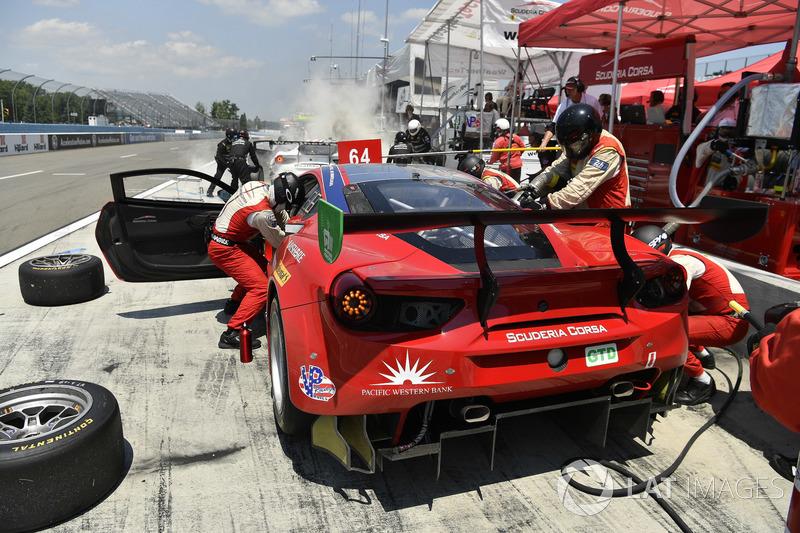 #64 Scuderia Corsa Ferrari 488 GT3, GTD: Bill Sweedler, Townsend Bell, Frankie Montecalvo, pit stop