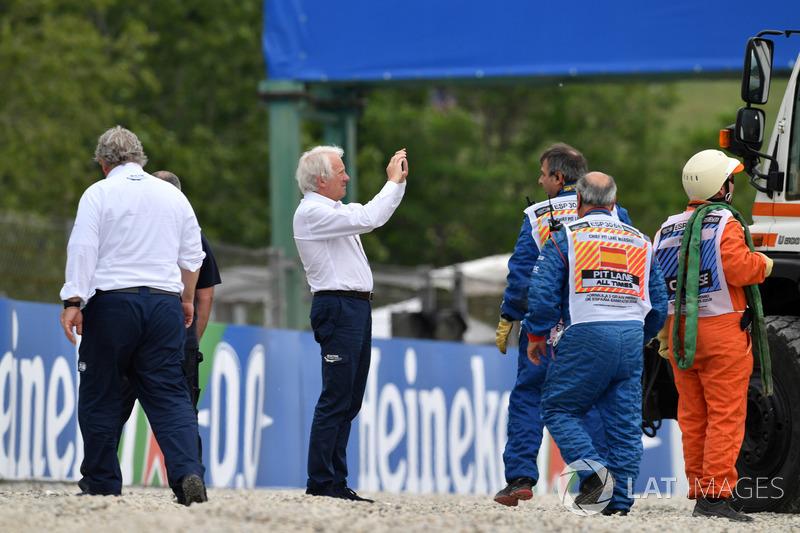 Charlie Whiting e delegados da FIA visitaram o local do acidente.