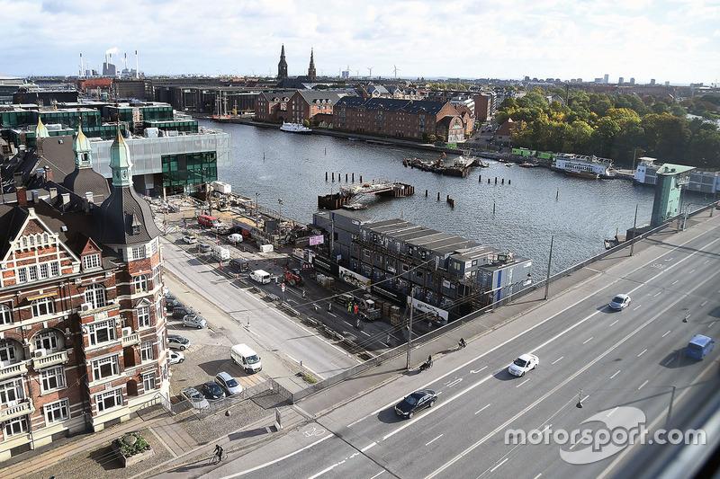 Пересечение моста Лангебро с набережной Кристианс Брюгге в центре Копенгагена