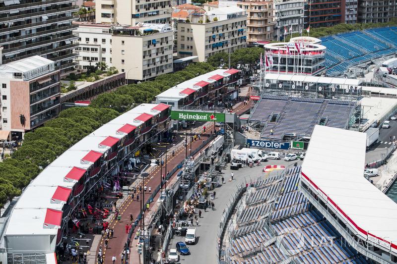 Una vista panorámica de la pista y el pit lane