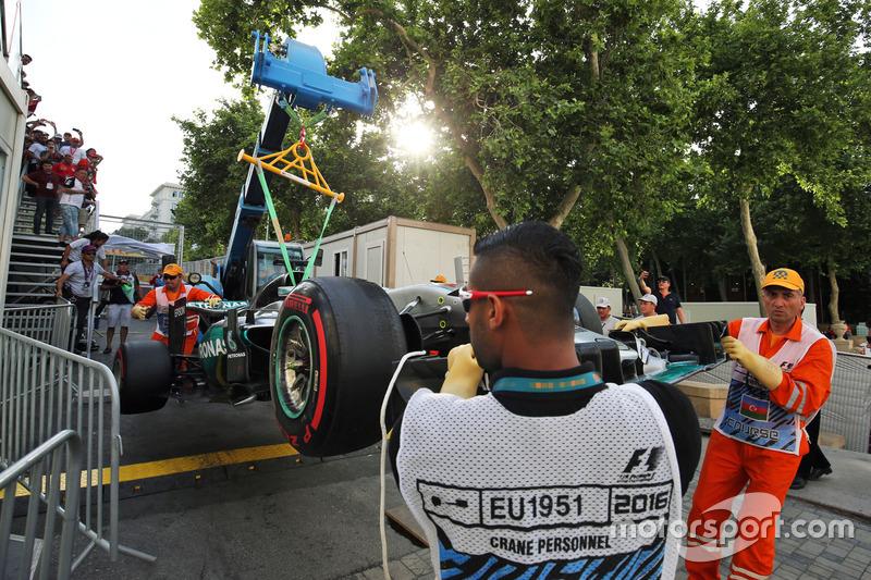 El Mercedes AMG F1 W07 Hybrid de Lewis Hamilton, Mercedes AMG F1 después que se estrelló y quedó fu
