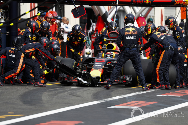 Daniel Ricciardo, Red Bull Racing RB14, makes a pit stop
