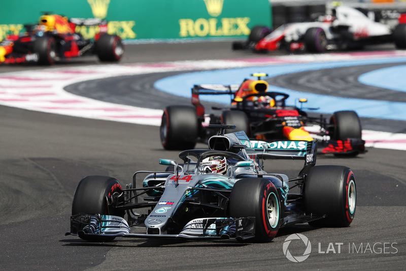 Lewis Hamilton, Mercedes AMG F1 W09, precede Max Verstappen, Red Bull Racing RB14, Daniel Ricciardo, Red Bull Racing RB14, e Kevin Magnussen, Haas F1 Team VF-18
