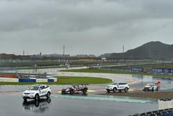 Rob Huff, All-Inkl Motorsport, Citroën C-Elysée WTCC, recoverd by the Safey team