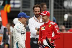 Ganador de la pole Sebastian Vettel, Ferrari, con Valtteri Bottas, Mercedes AMG F1